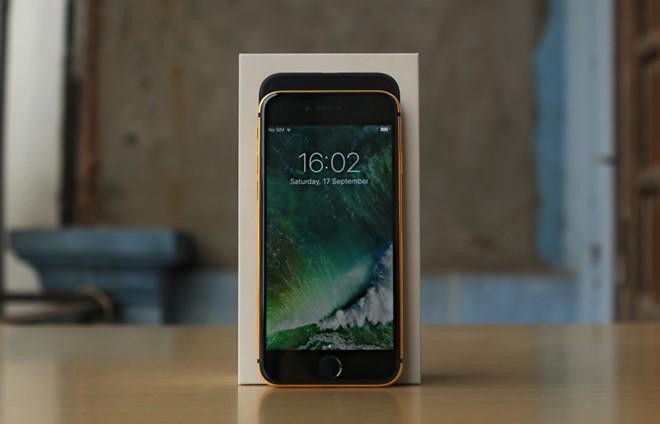 Giá bán của một chiếc iPhone 7 mạ vàng từ 35 đến 46 triệu, iPhone 7 Plus từ 36 đến 48 triệu đồng. Như vậy, chi phí mạ vàng cho một sản phẩm khoảng hơn 10 triệu đồng. Ảnh: Zing.vn