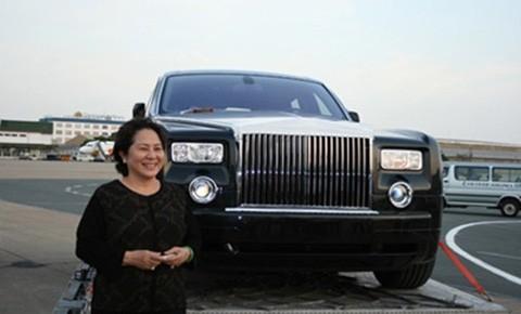 Nữ đại gia Dương Thị Bạch Diệp cùng chiếc Rolls-Royce chính hãng đầu tiên. Ảnh: Internet