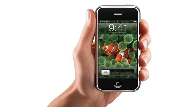 iPhone 3G: hư tên gọi, đây là chiếc iPhone với khả năng kết nối mạng 3G tốc độ cao, định vị toàn cầu GPS và bộ phần mềm iPhone 2.0 hỗ trợ Microsoft Exchange ActiveSync, cùng với đó là hàng trăm các ứng dụng thuộc 3 bộ ứng dụng riêng được tạo nên bởi iPhone SDK. Sản phẩm đã tạo nên cơn sốt toàn cầu và giúp Apple trở thành một trong những công ty giá trị nhất trên thế giới. Ảnh: Internet