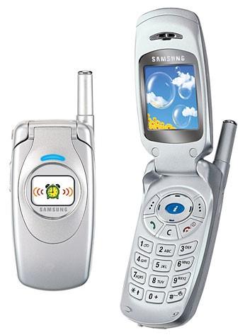 Samsung S300: S300 là mẫu điện thoại màn hình màu kép đầu tiên của Samsung. Thiết kế nắp gập, kiểu dáng đẹp, hiệu ứng màn hình tuyệt vời và âm thanh nhạc chuông đa âm, S300 được ưa chuộng bởi các tín đồ của thời trang. Ảnh: Internet