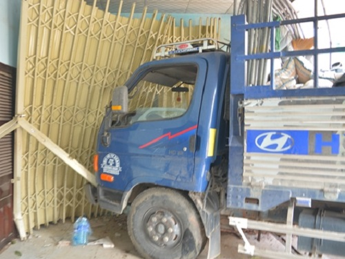 tai nạn giao thông nghiêm trọng ngày 21/10: Tai nạn kinh hoàng, hai vợ chồng chết tại chỗ