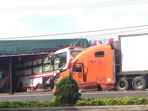 Hiện trường vụ tai nạn giao thông nghiêm trọng. Ảnh: Báo Giao thông