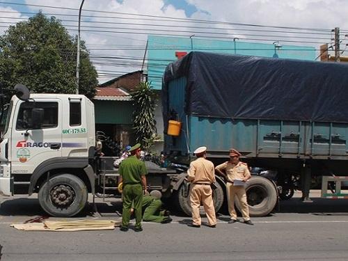 tai nạn giao thông ngày 27/10: Băng qua đường, nữ sinh lớp 11 bị container cán tử vong