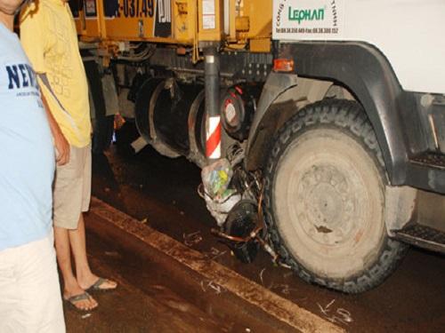 Tai nạn giao thông ngày 1/12: 3 người tử vong do bị container cuốn vào gầm kéo lê 50m