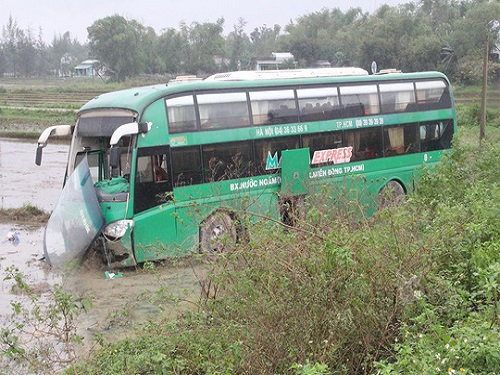 tai nạn giao thông ngày 19/12: Gần 2 giờ gỡ thi thể tài xế mắc kẹt trong cabin nát bét