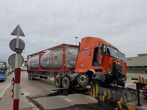 tai nạn giao thông ngày 29/12: Cặp vợ chồng bị container cán thương vong