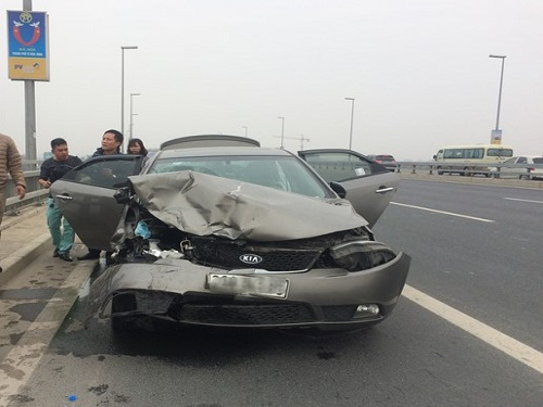 tai nạn giao thông ngày 31/12: Xe buýt mất lái đâm dải phân cách, 9 người nhập viện