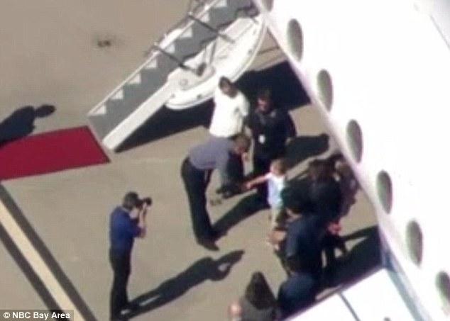 Ông Obama được đón tiếp tại sân bay trong chuyến gặp gỡ bí mật với các lãnh đạo công nghệ tại Silicon. Ảnh: NBC