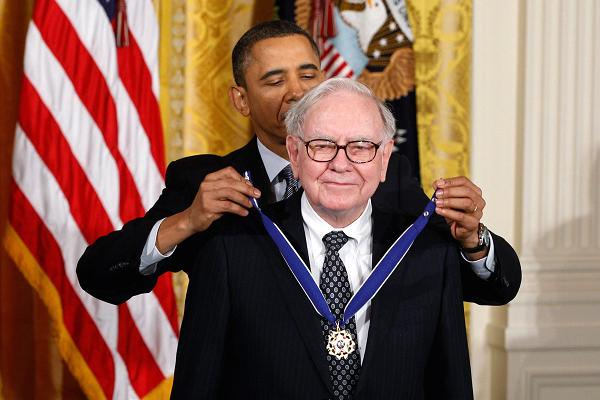 Cựu tổng thống Barrack Obama trao Huân chương Tự do cho tỷ phú Warren Buffett. Ảnh: CNBC