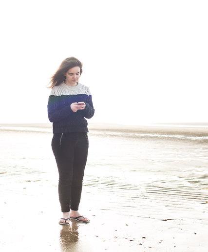 Giống như nhiều bạn trẻ khác, Melanie Clarke thường xuyên sử dụng smartphone. Ảnh: The New York Times