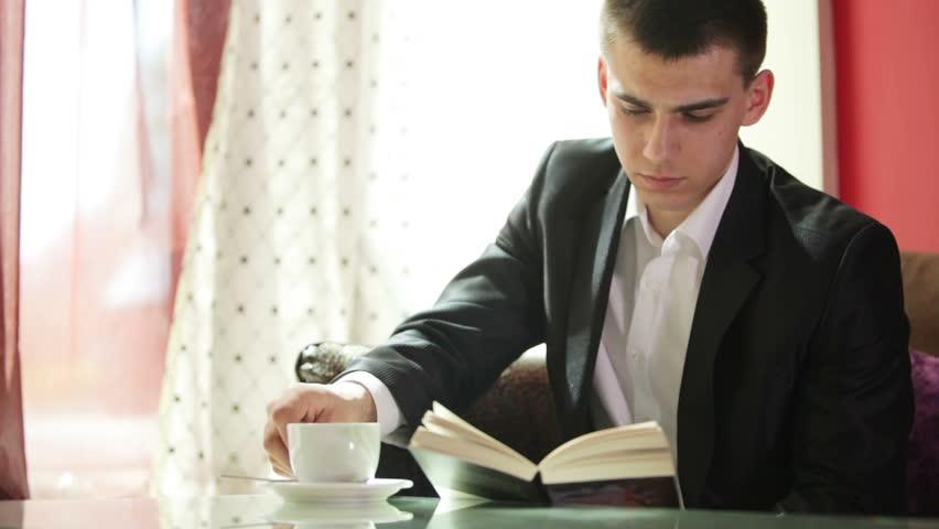 Đọc sách mỗi sáng giúp cải thiện tinh thần. Ảnh: Internet