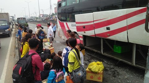 Vụ tai nạn giao thông khiến hành khách hoảng loạn. Ảnh: an ninh thủ đô