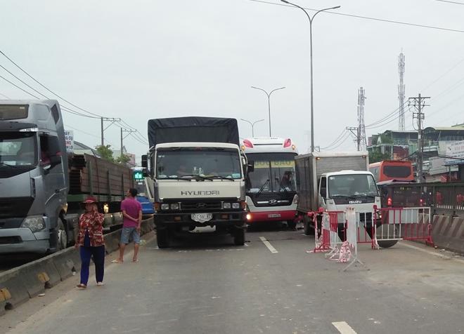 Hiện trường vụ tai nạn giao thông liên hoàn trên quốc lộ 1. Ảnh: Công an nhân dân