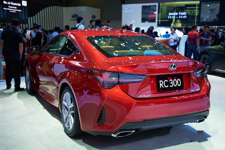 soi-can-canh-mau-xe-coupe-the-thao-lexus-rc-300-hon-3-ty-dong-tai-viet-nam