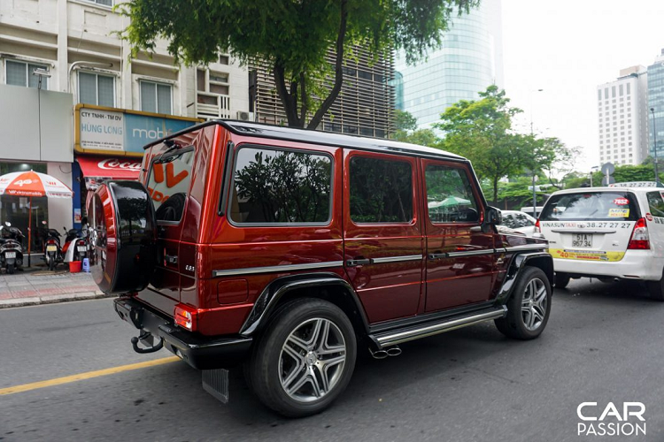 bat-gap-mercedes-amg-g63-crazy-color-edition-lan-banh-tren-duong-pho-viet-nam