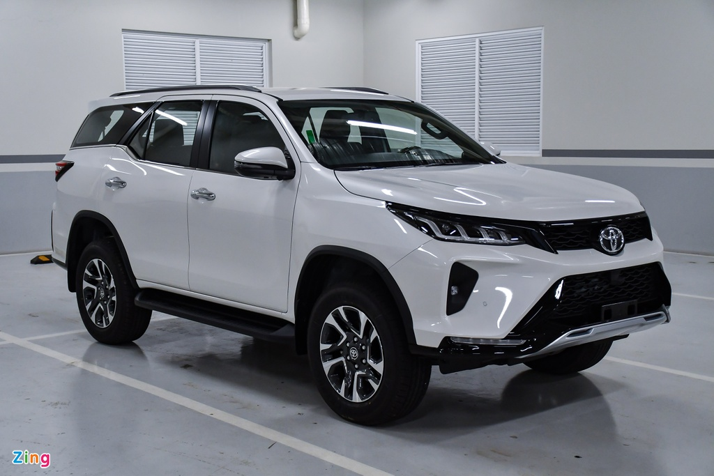 co-gia-khoang-12-ty-dong-toyota-fortuner-24-legender-moi-ve-dai-ly-co-gi-dac-biet