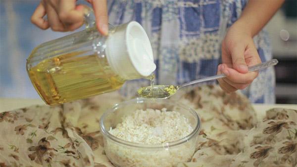 Bước 6: Cho xôi vào bao nilong cùng 1 muỗng canh dầu. Nhồi bóp hay giã cho xôi nhuyễn nát (không cho vào máy xay).