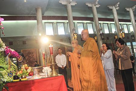 Các sư thầy cũng tham dự lễ tang bà Võ Thị Thắng và tỏ lòng tiếc thương.