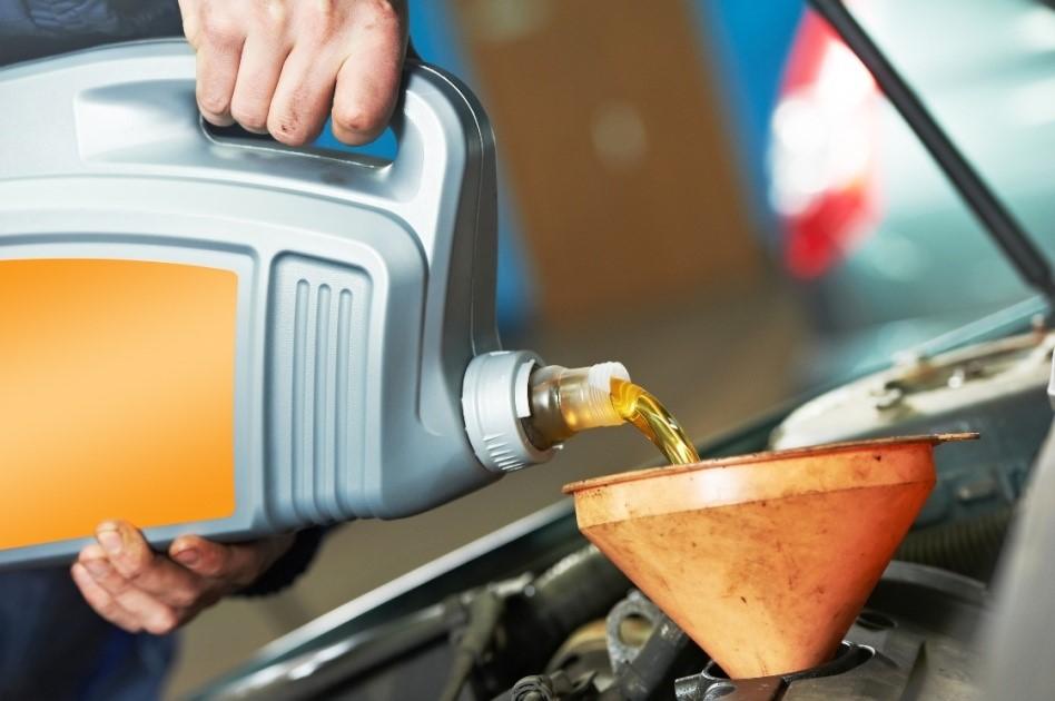 Thay dầu nhớt định kỳ giúp đảm bảo độ bền và tuổi thọ cho ô tô giá rẻ