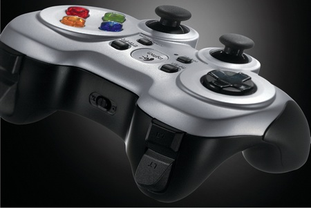 Tay game kết nối không dây với máy tính, với chức năng phản hồi rung kép Logitech Wireless Gamepad F710 cho bạn cảm nhận một cách chân thực trong những trò chơi của mình.