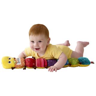 Búp bê, ô tô rất phù hợp để làm đồ chơi cho bé 9 tháng tuổi