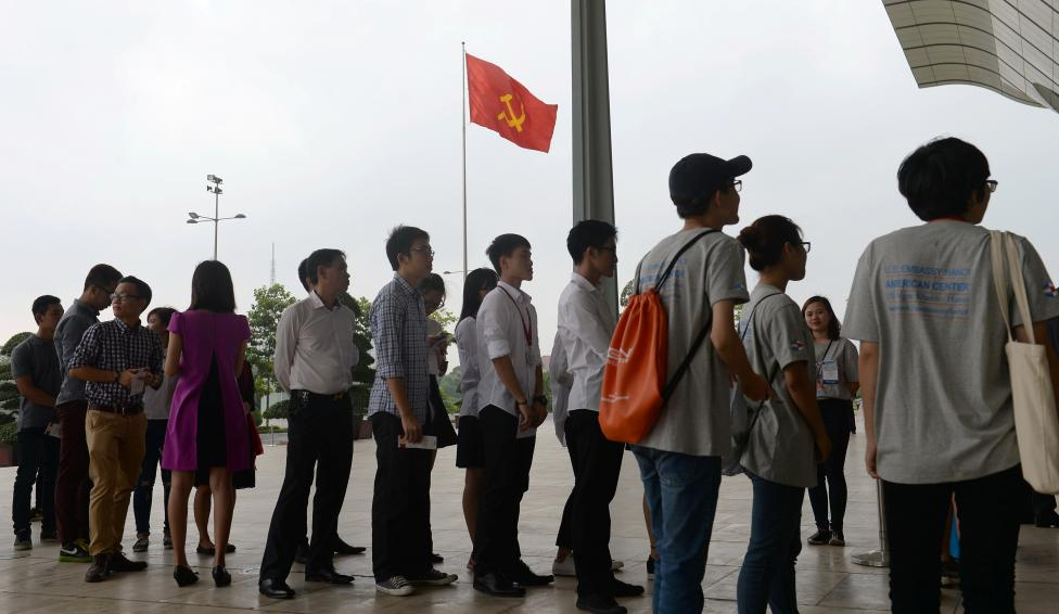 Dòng người xếp hàng để vào nghe bài phát biểu của Tổng thống Mỹ tại Trung tâm hội nghị Quốc gia (Hà Nội)