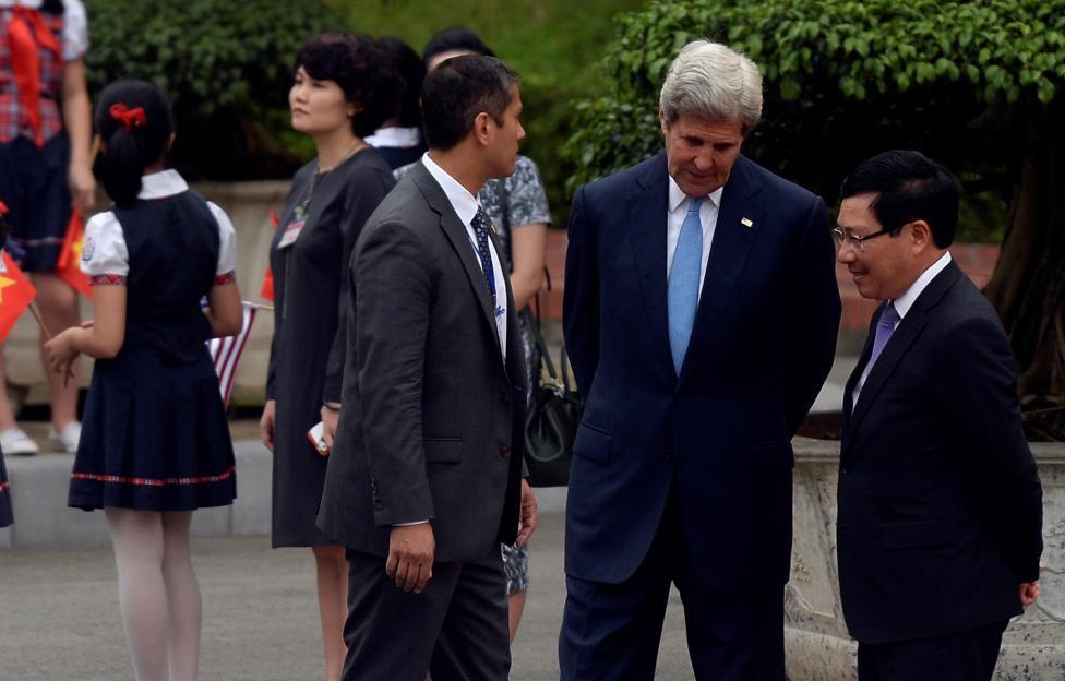 Bộ trưởng Ngoại giao Phạm Bình Minh nói chuyện với người đồng cấp John Kerry khi đợi Tổng thống Mỹ rời khỏi Phủ Chủ Tịch