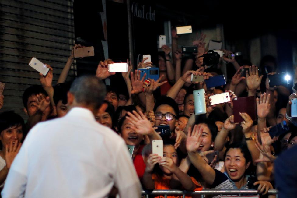 Người dân Hà Nội vui mừng chào đón Tổng thống Mỹ sau khi ông dùng bữa tại một cửa hàng Bún Chả