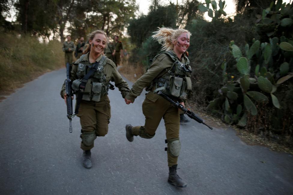 Nữ binh sĩ quân đội Israel thuộc một lữ đoàn tìm kiếm và cứu hộ, tham gia huấn luyện tại rừng Ben Shemen, gần thành phố Modi'in, Israel. Nguồn ảnh: REUTERS/Amir Cohen