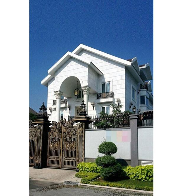 Tọa lạc ở một vị trí cực đẹp và yên tĩnh, căn biệt thự màu trắng của gia đình nhà chồng 'ngọc nữ' Hà Tăng nổi bật hẳn so với những căn hộ khác nhờ kiến trúc xa hoa, độc đáo nhưng không kém phần tinh tế.