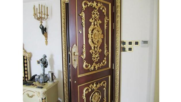 Cánh cửa nhà được trang trí hoa văn tinh tế và đều bằng vàng.