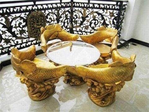 Bộ bàn ghế khá lạ mắt với hình cá chép vốn được xem như vật tượng trưng cho sự may mắn và đồ đạc mang hình cá chép thường được trưng bày tại nhà riêng của các doanh nhân. Nhà Hà Tăng đã sở hữu một bộ như thế.