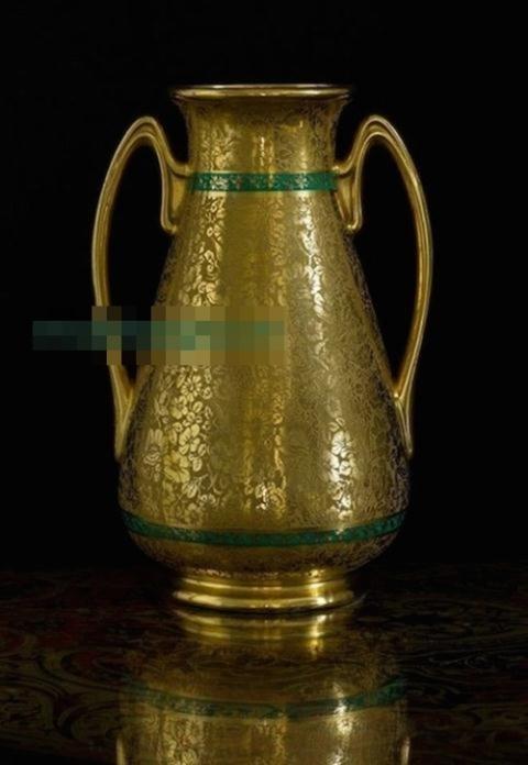 Một trong những cổ vật quý giá trong nhà Tăng Thanh Hà. Ngoài ra còn có vô vàn món đồ quý hiếm, từ những chiếc đồng hồ cổ bằng đồng thau mang đậm dấu ấn của nền văn hóa Pháp, Ấn Độ, chiếc bình bằng bạc với nhiều họa tiết cầu kỳ từng thuộc sở hữu của công tước xứ Magenta Pháp, chiếc rương cổ được chạm trổ tinh xảo kết gắn đá quý và ngà voi của người La Mã, bình đựng nước, đế nến thời Napoleon III với niên đại 1850-1870, hộp đựng mực thời Phục Hưng với niên đại 1830, lư hương của thế kỷ 19 đến vô số chai rượu quý hiếm. Nguồn ảnh: MTG