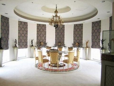 Phòng ăn khiến khách viếng thăm phải choáng ngợp. Những bức tượng trang trí nhỏ giúp không gian thêm phần hoành tráng.