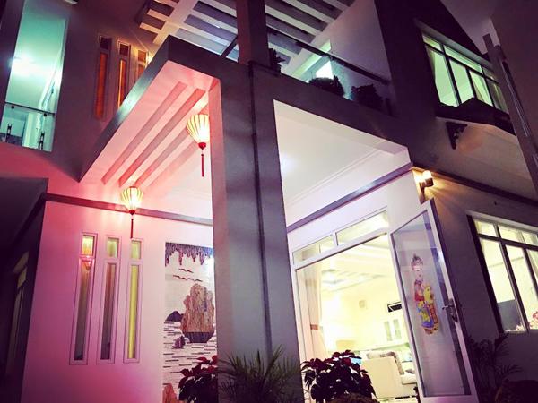 Căn nhà 2 tầng với thiết kế sang trọng, hiện đại nổi bật với màu trắng bắt mắt