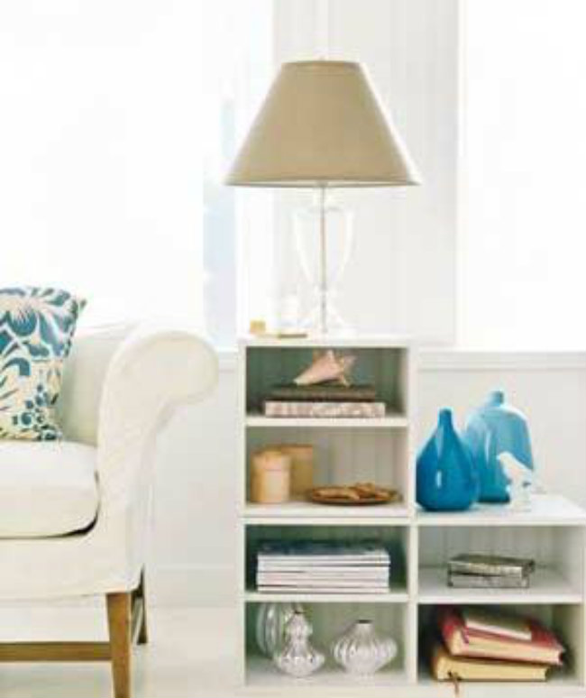 Hãy sử dụng một kệ tự làm mỏng và nhẹ, có thể đặt và di chuyển ở bất kì vị trí nào bạn muốn. Gắn cố định vào tường hoặc đặt bên cạnh ghế sofa và để các món đồ sưu tầm, sách, đồ trang trí lên trên.