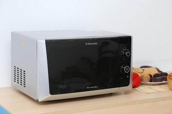 Lò vi sóng Electrolux EMS2327S giúp chứa nhiều thực phẩm hơn