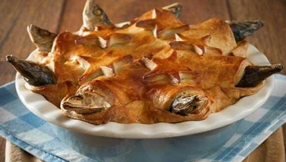 Bánh đầu cá (Anh): Chiếc bánh làm từ đầu của những chú cá mòi, được nướng cùng với trứng và khoai tây là món ăn truyền thống ở Anh. Món ăn có nguồn gốc từ ngôi làng Mousehole ở Cornwall và các cư dân trong làng dùng món này để ăn mừng những người anh hùng đánh bắt cá trong thời tiết bão khắc nghiệt. Mặc dù có một vài biến thể với các loại cá khác nhau, nhưng nhìn chung chúng vẫn giữ nguyên hình dáng độc đáo của mình bằng cách để những chiếc đầu (hoặc đôi khi là đuôi cá), nhô ra ngoài khỏi lớp vỏ bánh để chúng như trông giống đang nhìn lên trời.
