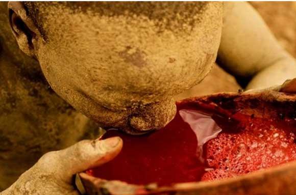 Cocktail máu bò (Ethiopia): Được pha cùng với một chút sữa và nước bọt của những người khác được phun thẳng vào ly,. Máu bò là một loại thức ăn phổ biến ở Châu Phi, thường được dùng trong các buổi lễ trưởng thành.