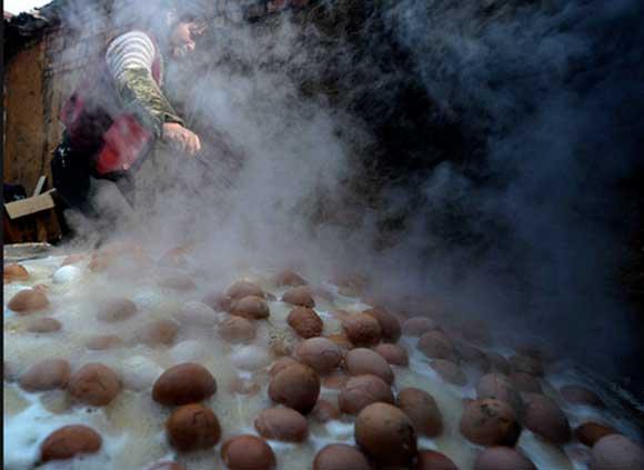 Trứng luộc bằng nước tiểu hài đồng (Trung Quốc): Trứng được luộc bằng nước tiểu bé trai là một món ăn truyền thống ở vùng … Trung Quốc. Cứ đến mùa xuân, nước tiểu của những bé trai dưới 10 tuổi sẽ được thu thập và dùng cho việc luộc trứng. Người ta tin rằng những quả trứng đặc biệt này sẽ tăng cường việc lưu thông máu và phục hồi năng lượng trong cơ thể.