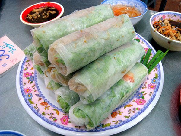 Gỏi cuốn: Gỏi cuốn gồm nhiều nguyên liệu đơn giản như bún, rau xà lách, tôm, thịt luộc, là hẹ...một món ăn đầy đủ chất dinh dưỡng nên không lạ gì khi nó rất được lòng các du khách nữ khi đến du lịch Sài Gòn
