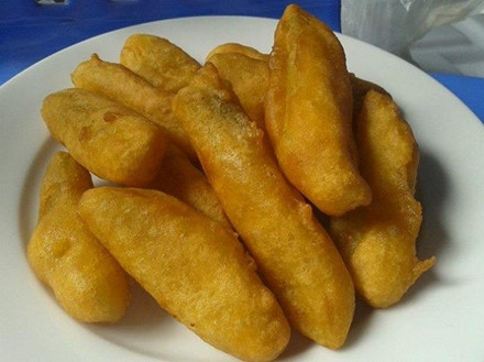 Bánh pẻng phạ: Đây là loại bánh truyền thống của người Tày vùng Ba Bể đón năm mới sang hay dùng trong những lễ hội xuống đồng. Bánh pẻng phạ chế biến không cầu kì nhưng mùi vị thơm ngon. Nguyên liệu để làm bánh là bột gạo nếp được nhào với nước chè mạn pha đặc để lấy màu nâu nhạt và vị chát, sau đó thêm một chút rượu trắng cho dậy mùi.