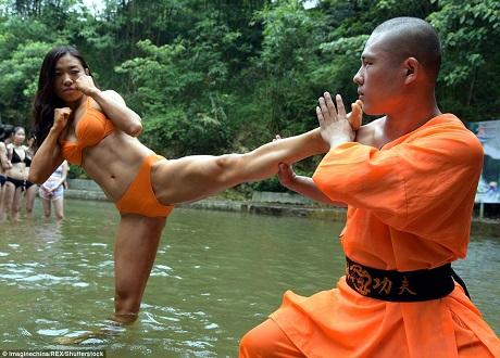"""Một cô gái đang luyện tập võ công với một võ sư Thiếu Lâm trước khi trải qua bài thi sát hạch để xem có đủ điều kiện trở thành """"Nữ thần cứu hộ"""" hay không."""