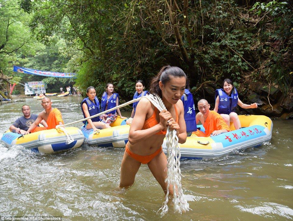 """Đội """"Nữ thần cứu hộ"""" được thành lập không chỉ với trách nhiệm cứu người bị nạn, trang bị đầy đủ kiến thức để du khách tự bảo vệ mình trong quá trình chuyển bằng thuyền, bè trên sông; mà còn phục vụ nhu cầu xem biểu diễn võ thuật dưới nước của một số đoàn du lịch."""