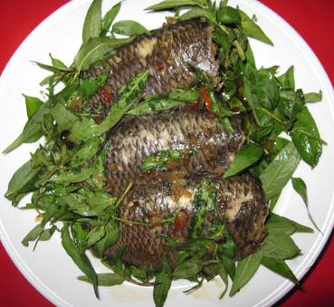 Cá rô mề kho rau răm: Cá rô mề là loài cá nước ngọt sống nơi ao hồ, đồng ruộng ở đồng bằng sông Cửu Long rất nhiều trong đó có vùng Châu Đốc, An Giang. Thịt cá rô mề ngọt, béo, thơm ngon chế biến món nào củng ngon như: cá rô mề kho tộ, nướng, chiên xù…, trong đó có món cá rô mề kho rau răm dân dã nhưng có hương vị độc đáo.