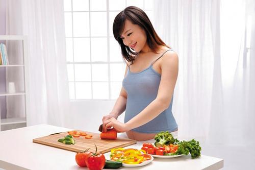 Dù khó ăn khi bị ốm nghén nhưng bà bầu vẫn cần bổ sung đầy đủ dưỡng chất cho bé