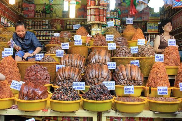 Các loại mắm: Châu Đốc (An Giang) được mệnh danh là ''vương quốc mắm'' nhờ nằm ngay ngã ba sông Hậu, một trong hai nhánh của sông Mekong nổi tiếng với trữ lượng cá trong tự nhiên vô cùng phong phú. Đến Châu Đốc, bạn sẽ bắt gặp các loại hấp dẫn như mắm cá linh, cá lóc, cá trèn, ba khía, cá sặc... hay nổi tiếng nhất là mắm Thái được bày bán khắp nơi.  Mắm Châu Đốc có vị hơi ngọt đặt trưng của Nam Bộ nhưng bên trong lại mặn, rất thích hợp ăn cùng cơm trắng, đặc biệt vào những ngày mưa. Giá các loại mắm dao động từ vài chục nghìn đến hơn 100.000 đồng mỗi kg.