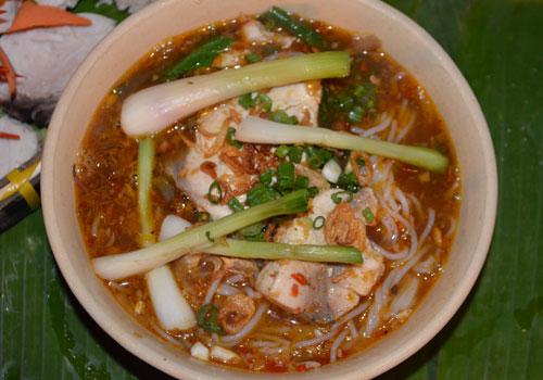 Bún súng Vũng Tàu: Bún súng Vũng Tàu nhiều người hay nhầm với bún nước lèo của người Trà Vinh, Sóc Trăng, Cà Mau… nhưng món ăn này là sự kết hợp mùi vị của ba nền văn hóa Khmer, Hoa và Việt. Bún được chan nước lèo nấu từ hải sản như cá, tôm, mực và ăn kèm rau súng.
