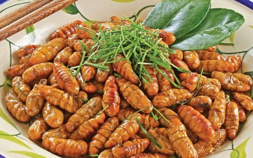 Nhộng: Nhộng là một món ăn dân dã và khá phổ biến ở nước ta, những con nhộng này thường là nhộng tằm, những con tằm trong giai đoạn chuẩn bị biến thành bướm được nuôi bằng lá dâu nên chúng rất sạch và lành tính.  Thông thường người ta rang nhộng với lá chanh để tăng độ thơm ngon cho món ăn, ngoài ra khi ăn ta sẽ cảm nhận được vị bùi, thơm và béo ngậy của những con nhộng được nuôi béo tốt. Cùng nỗi sợ các loại côn trùng, du khách ngoại quốc sẽ cảm thấy e dè trước món ăn này.