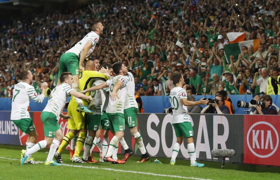 Các cầu thủ Cộng Hòa Ireland ăn mừng chiến thắng vào cuối trận đấu với Ý.
